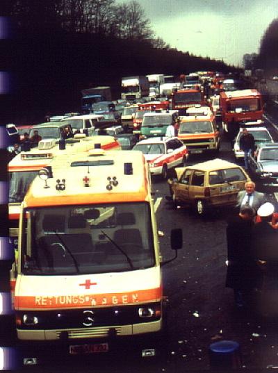 Chaos der Einsatzfahrzeuge auf der Autobahn / Zum Vergrößern auf das Bild klicken