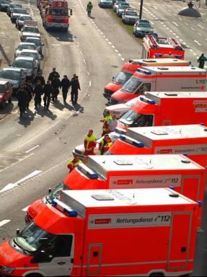 Fahrzeugpark der Rettung (Bild Rakoczy, Kölner Stadtanzeiger) / Zum Vergrößern auf das Bild klicken
