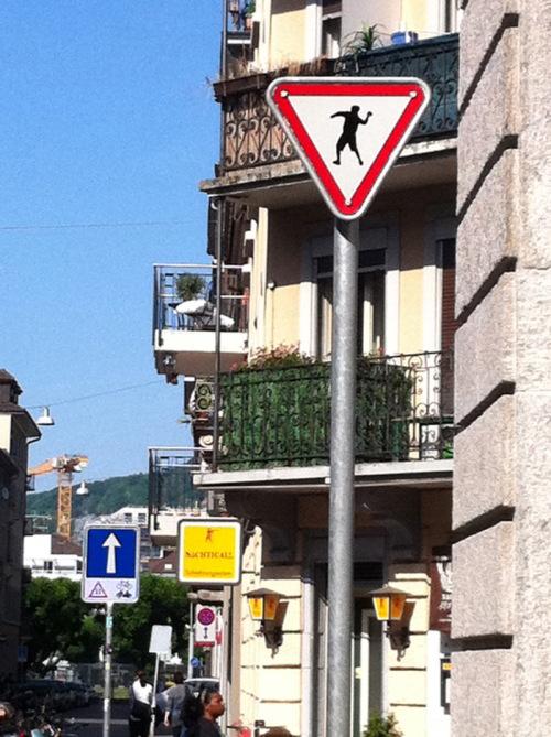 Bruno Hersche / Verkehrszeichen_kein_vortritt_mit Steinewerfer Zürich / Zum Vergrößern auf das Bild klicken