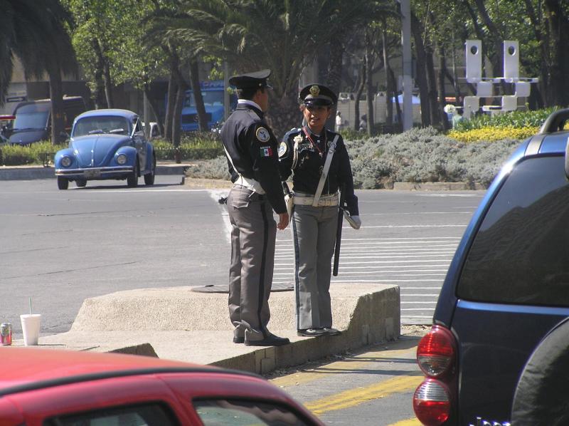 polizisten im straßenverkehr